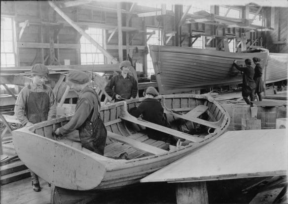 Photo noir et blanc de six femmes travaillant sur des bateaux prototypes au laboratoire du Dr Alexander Graham Bell.