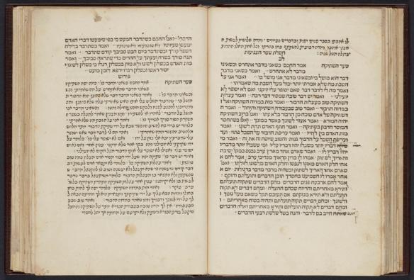 Une photo en couleurs d'un livre ouvert rédigé en hébreu.