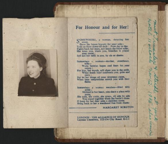 Photographie en couleurs d'un livret ouvert à la première page. Un dépliant collé à l'intérieur de la couverture montre d'un côté une photographie, et de l'autre une ode aux femmes demeurées au pays, intitulée For Honour and for Her! [pour l'honneur et pour elle].