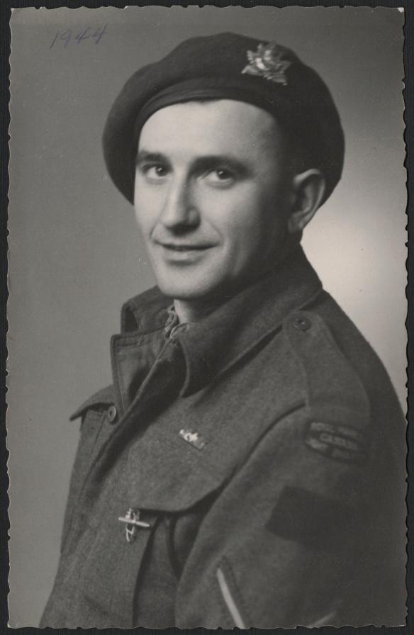 Photographie en noir et blanc d'un homme en uniforme.