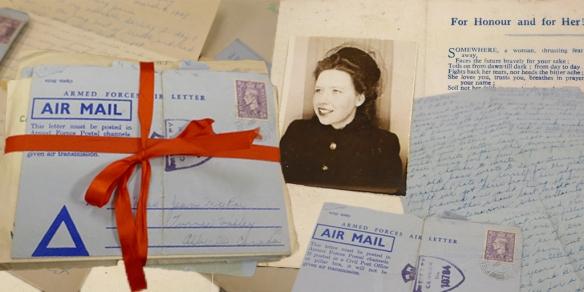 Photographie en couleurs de paquets de lettres, dont un ficelé d'un ruban rouge. Sous les paquets se trouve la photographie d'une jeune femme vêtue d'un manteau et d'un élégant chapeau.