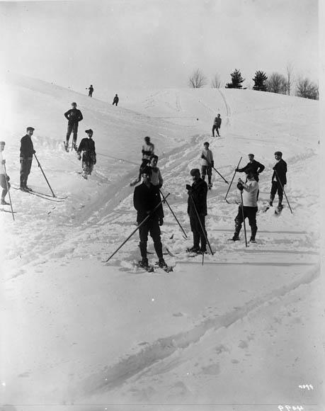 Photo noir et blanc de gens skiant.