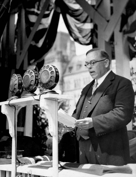 Photographie en noir et blanc du très honorable William Lyon Mackenzie King, premier ministre du Canada, prononçant un discours à l'inauguration du carillon de la Tour de la Paix.