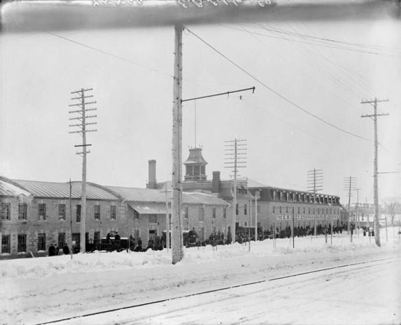 Photo noir et blanc des bâtiments E. B. Eddy au centre-ville de Hull, au Québec.