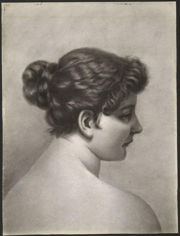 Dessin au fusain sur papier d'une jeune femme, les épaules nues, vue de dos, son visage de profil. Ses cheveux sont attachés en un chignon lâche, de courtes boucles encadrant son visage. Elle regarde vers la droite.