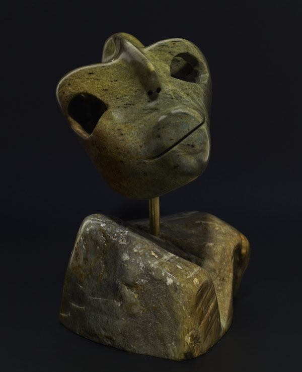 Photo couleur du devant d'une sculpture stylisée d'un homme, la tête penchée.