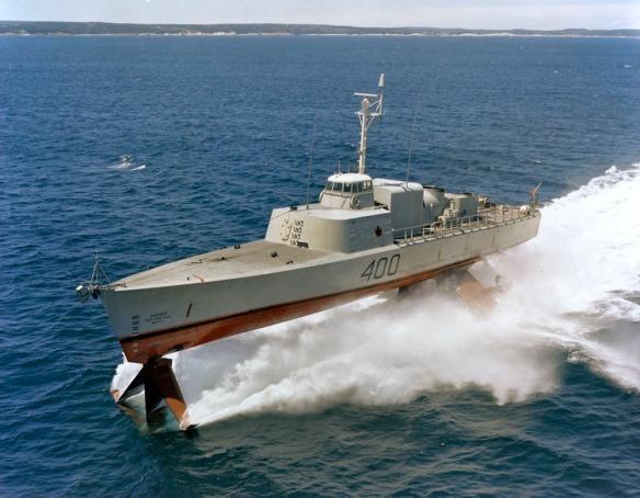 Une photo couleur d'un navire-hydroptère en mouvement