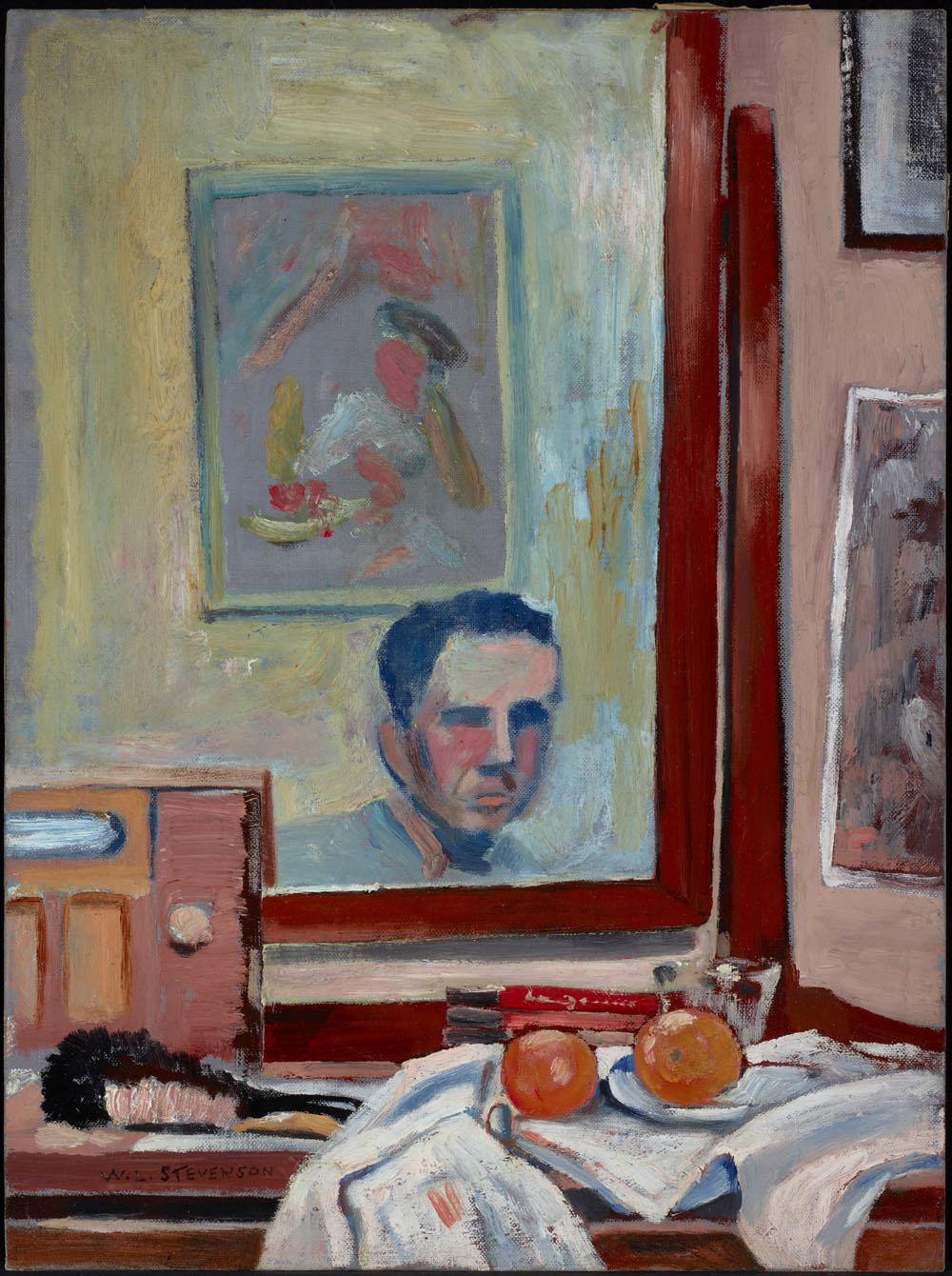 Peinture d'un miroir et d'une composition de nature morte sur une coiffeuse avec de nombreux livres, une brosse, une radio et deux oranges sur une assiette placée au-dessus d'un journal. Le reflet du miroir montre l'artiste et une autre peinture.