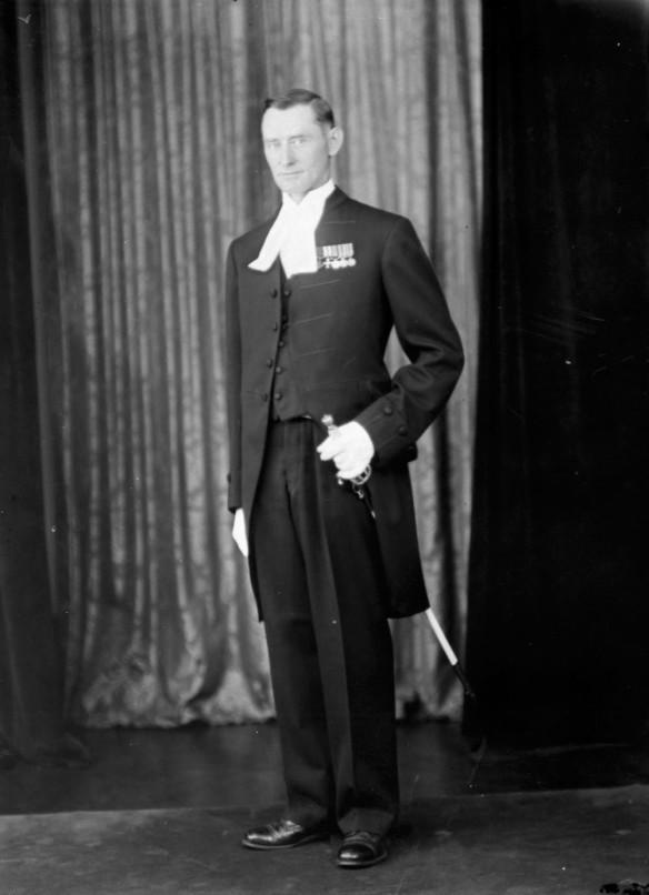 Photo noir et blanc d'un officier en tenue de cérémonie.
