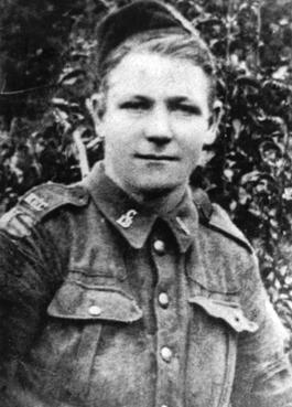 Photo noir et blanc d'un soldat prise sur le vif à l'extérieur.
