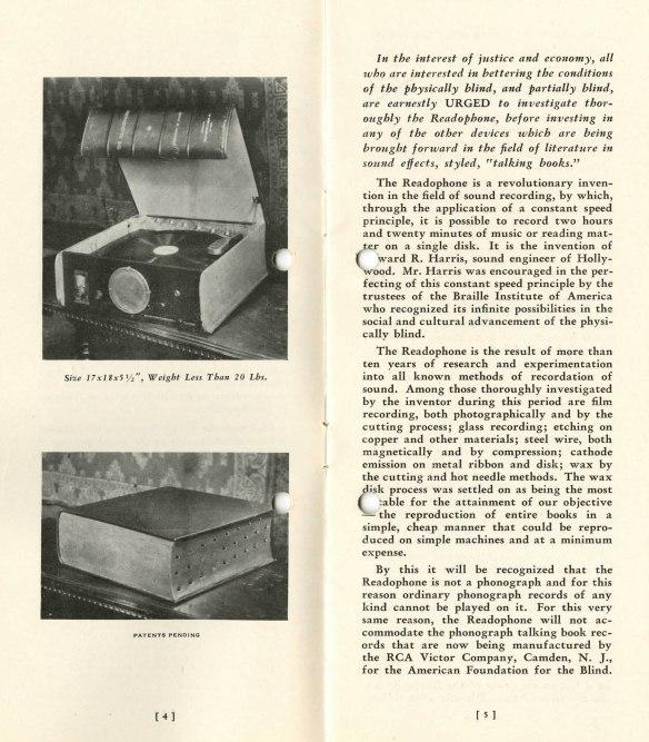 Un dépliant ouvert montrant sur la page de gauche deux images et, sur la page de droite, du texte dactylographié. L'image du haut montre une boîte carrée ouverte dans laquelle se trouve une platine tourne-disque contrôlée par des boutons placés à l'avant de la boîte. L'image du bas montre la boîte fermée, ressemblant alors à un livre.