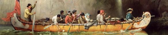 Peinture à l'huile en couleur d'un canot en écorce de bouleau vu de profil, s'avançant en eau calme devant une falaise rocheuse dénudée. Huit hommes pagaient, alors qu'un couple, lui coiffé d'un haut-de-forme noir et elle d'un chapeau bleu pâle, est assis au centre du canot. Un drapeau rouge est partiellement déployé à l'arrière de l'embarcation. La proue et la poupe du canot sont peintes en blanc et ornées de motifs colorés.