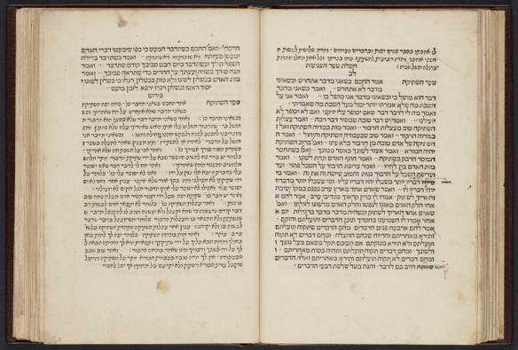 Une photo couleur d'un livre ouvert écrit en hébreu.