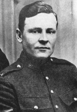 Une photographie en noir et blanc d'un soldat.