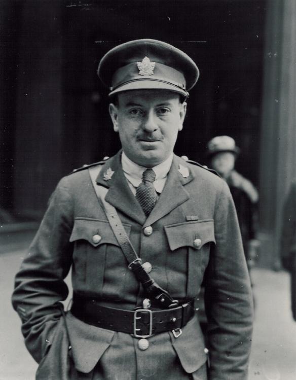 Photo noir et blanc d'un soldat debout, la main droite dans la poche de son pantalon.