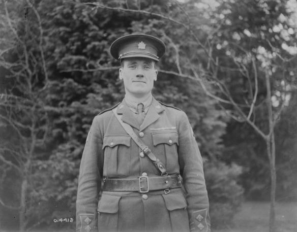 Photo noir et blanc d'un soldat souriant en tenue de service.