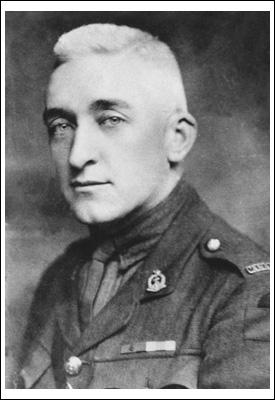 Photo noir et blanc d'un soldat ayant des cheveux très pâles et regardant droit vers l'objectif.