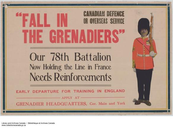 Affiche couleur sur laquelle on peut lire « Fall in the Grenadiers » [Faites partie des Grenadiers] en grosses majuscules rouges. D'autres phrases y sont imprimées en rouge et en noir. Sur le côté droit, une illustration montre un soldat en uniforme au garde-à-vous; il porte un haut chapeau noir, un manteau rouge et un fusil à l'épaule.