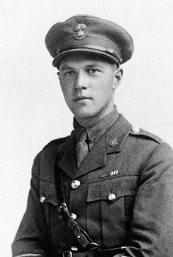 Photo noir et blanc d'un soldat portant une casquette et une ceinture Sam Browne, deux éléments caractéristiques de l'uniforme d'officier.