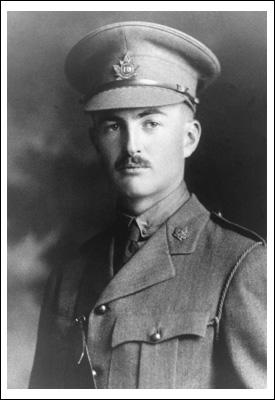 Photo noir et blanc d'un officier portant une casquette