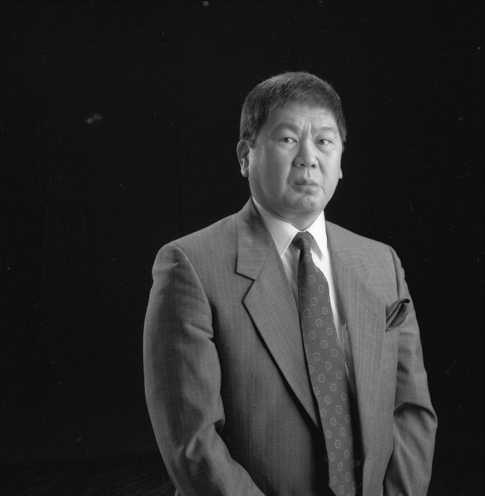 Photographie en noir et blanc, portrait en buste d'Art Miki.