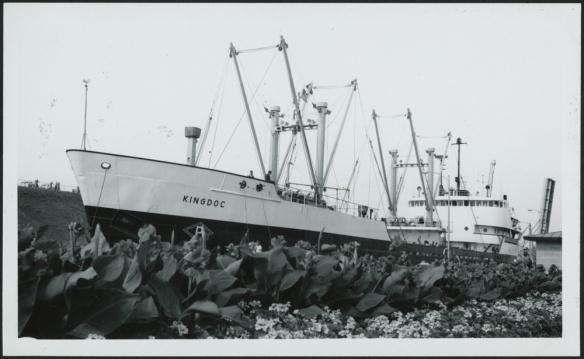 Photo noir et blanc d'un grand navire franchissant un canal.