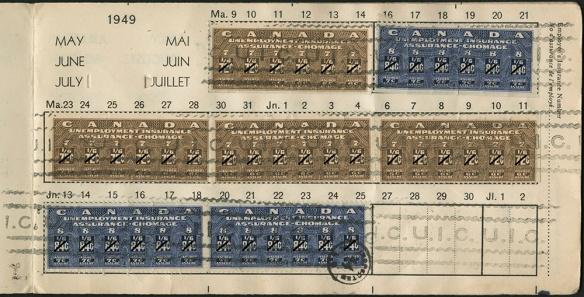 Une photographie couleur d'une page d'un carnet d'assurance-chômage usagé sur laquelle sont collés sept timbres, datée de mai, juin et juillet 1949.