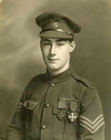 Photo sépia d'un soldat en uniforme, la Croix de Victoria et la Croix de Guerre épinglées sur sa poitrine.