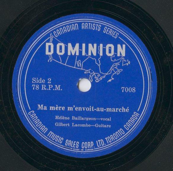 Une image en couleur d'une étiquette de disque de la Canadian Music Corp., Ltd. La face 2 montre le contour du Canada avec en superposition le mot Dominion. Le titre de la chanson est « Ma mère m'envoit-au marché » suivi du nom des artistes Hélène Baillargeon, chant, et Gilbert Lacombe, guitare.