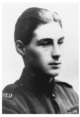 Photo noir et blanc d'un soldat en uniforme, de profil.