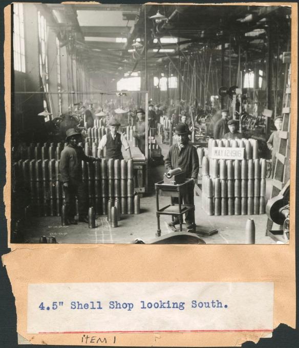 Photographie noir et blanc montrant l'intérieur d'une usine d'obus, à Montréal, le 12 mai 1916.