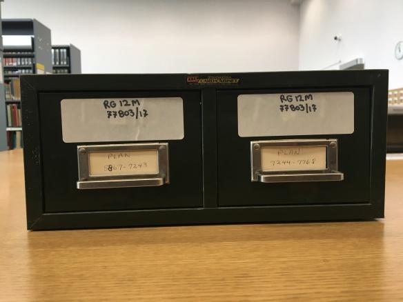 Photo couleur des tiroirs en métal contenant les fiches de l'acquisition RG12M 77803/17.