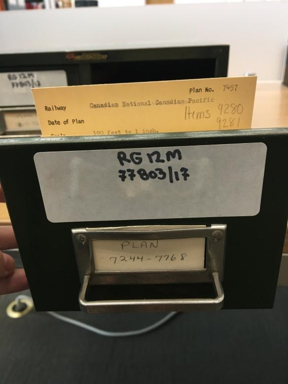 Photo couleur d'un tiroir de fiches; la fiche du plan 7457 est sortie.