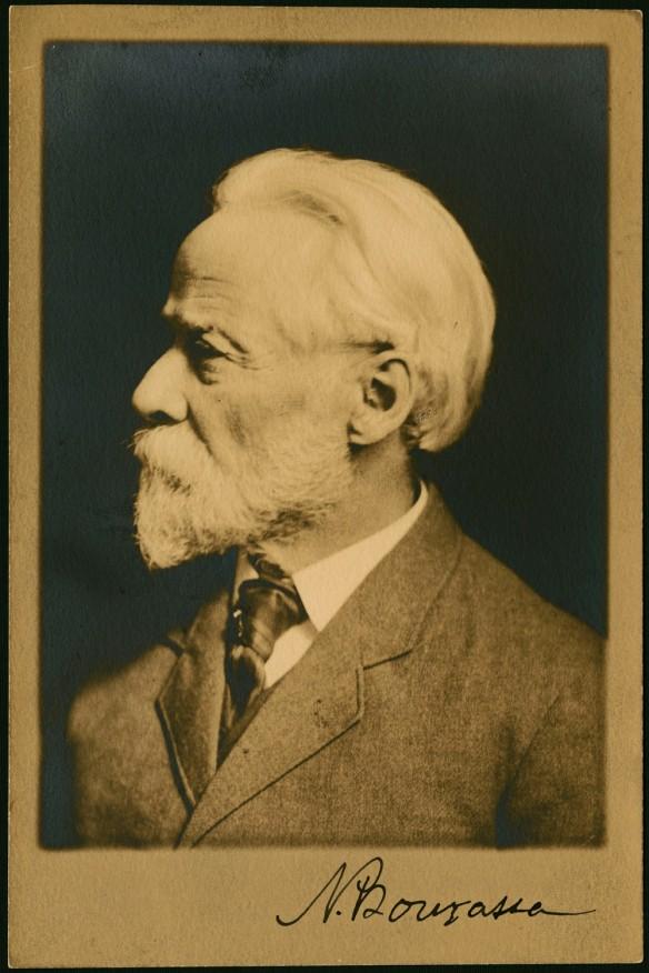 Photo noir et blanc du profil gauche de Napoléon Bourassa.