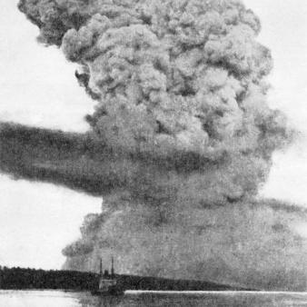 Photo noir et blanc d'un gros panache de fumée produit par la collision entre les navires Mont-Blanc et Imo, ayant entraîné l'explosion du Mont-Blanc dans le port de Halifax.