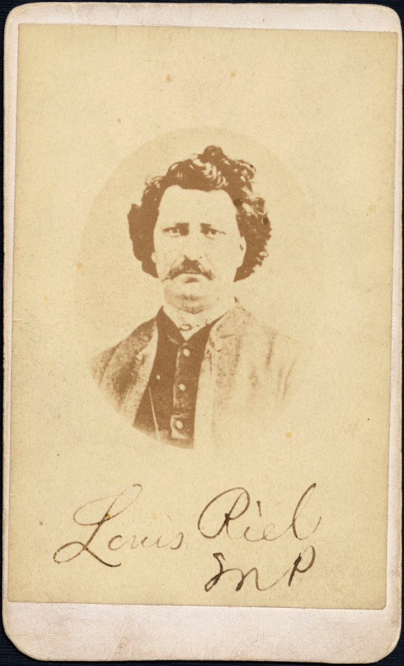 Photographie de couleur sépia montrant Louis Riel face à l'objectif; elle porte l'inscription manuscrite « Louis Riel, MP ».