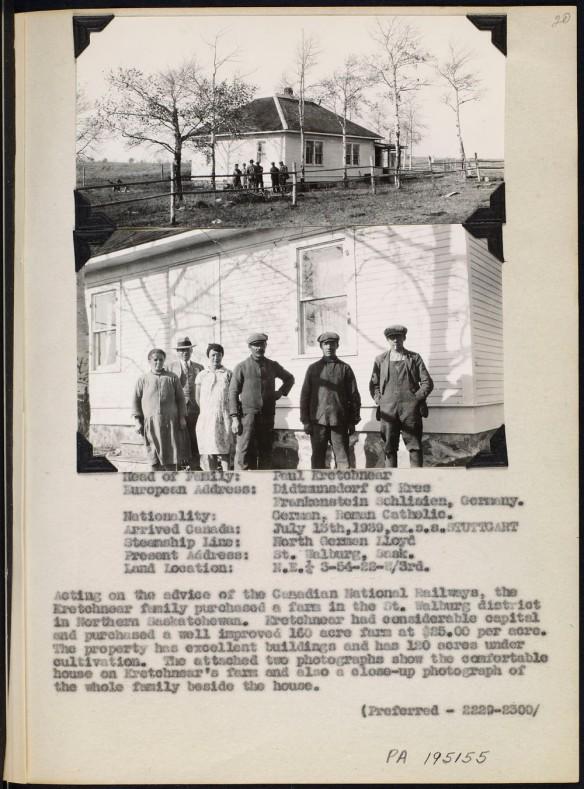 Page d'album avec deux photos noir et blanc; l'une des photos montre une famille debout devant une maison entourée de terres agricoles, et l'autre présente la même scène en gros plan. La page contient des renseignements dactylographiés sur l'identité des membres de la famille et l'histoire de leur immigration.