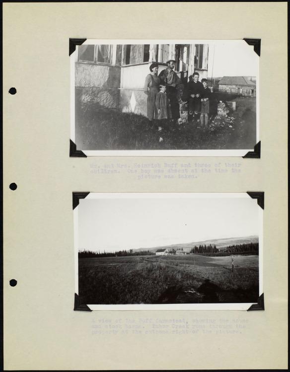 Page d'album avec deux photos noir et blanc, l'une montrant une famille debout devant une maison et l'autre montrant un paysage agricole. Chaque photo est accompagnée d'une légende dactylographiée.