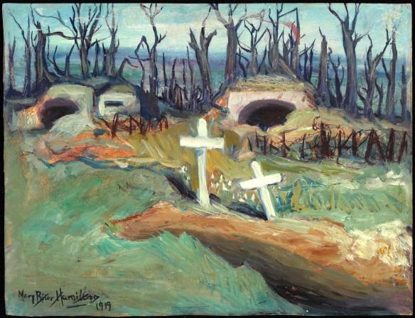 Image en couleur d'un tableau représentant deux postes d'artilleurs devant une forêt calcinée. Deux sépultures, chacune surmontée d'une croix blanche, se trouvent à l'avant-plan. Le tableau porte une signature en bas à gauche : Mary Riter Hamilton 1919.