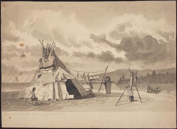 Lavis gris d'aquarelle sur crayon représentant un homme des Premières Nations, assis sur un billot, près d'un tipi muni d'une couverture placée au-dessus de l'ouverture. Il y a aussi un foyer et une bouilloire, ainsi qu'un canot accosté sur la rive d'une rivière.