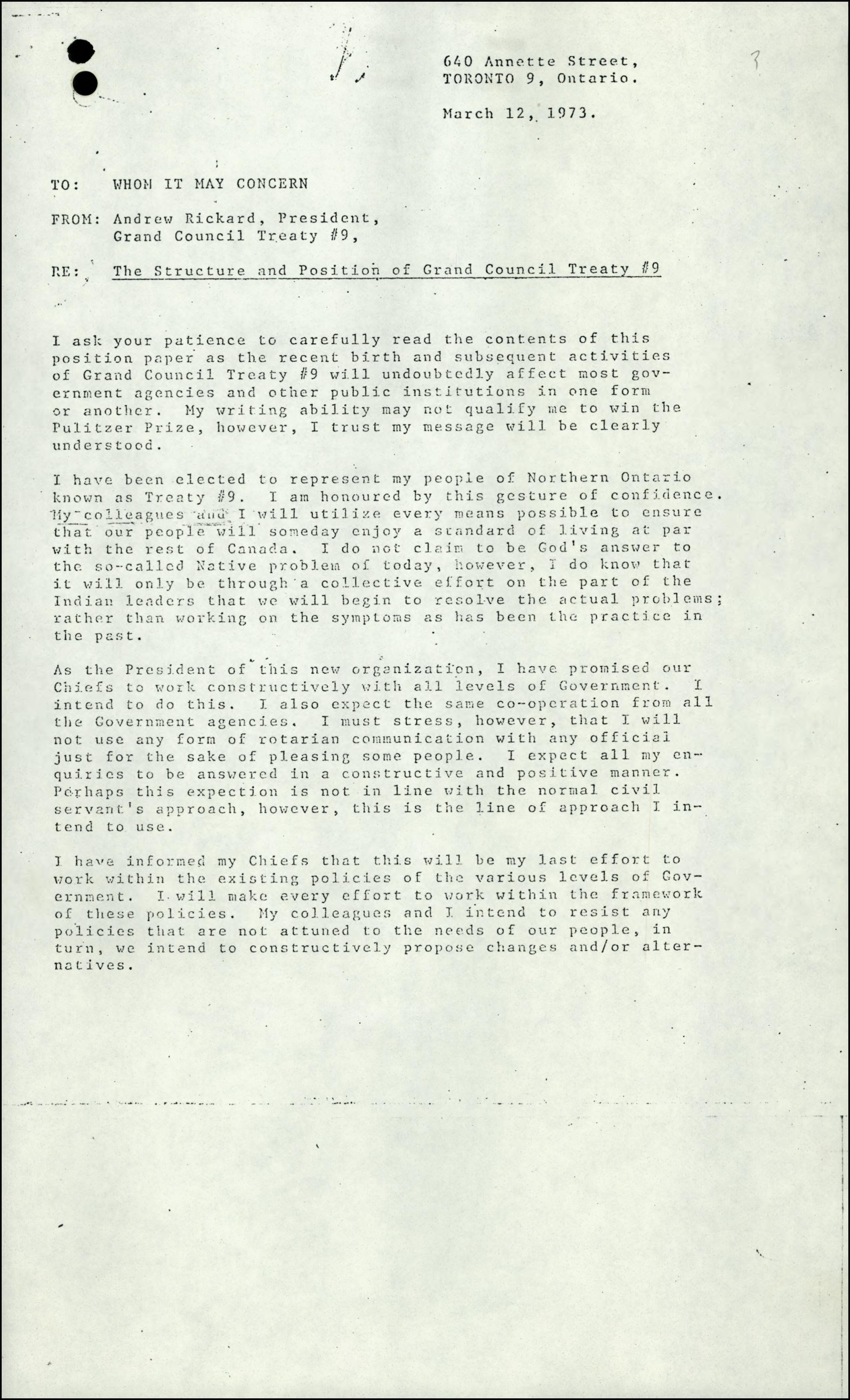 Une note de service tapuscrite, datée du 12 mars 1973, rédigée par Andrew Rickard, président du Grand conseil du traité no 9, au nom de son peuple. L'auteur dévoile ses intentions et ses attentes relatives à une collaboration avec tous les ordres de gouvernement.