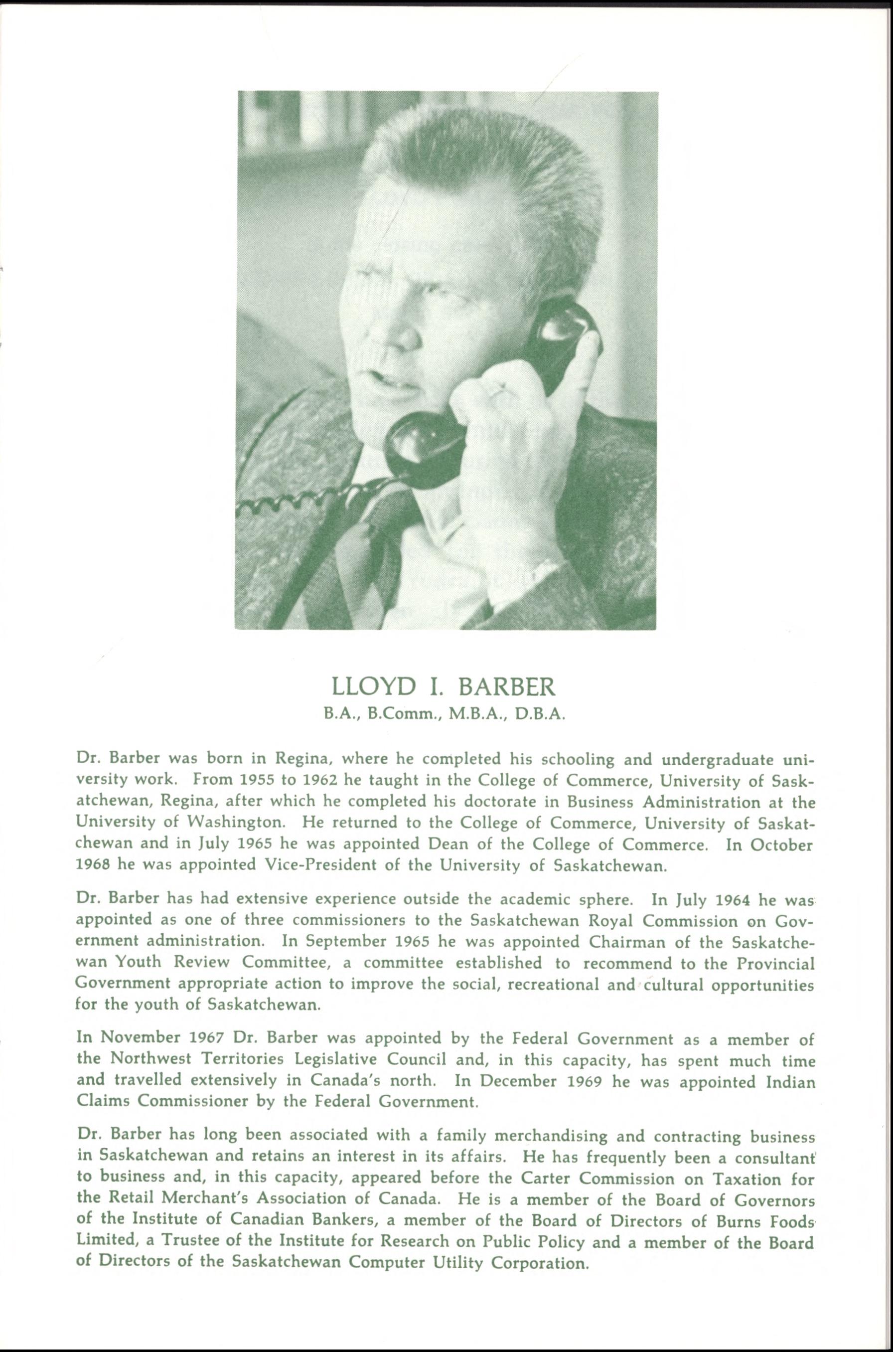 Une page de texte tapuscrit avec une photo de Lloyd I. Barber en haut au centre. C'est un homme d'âge moyen avec les cheveux coupés en brosse, portant un complet-cravate et parlant au téléphone.