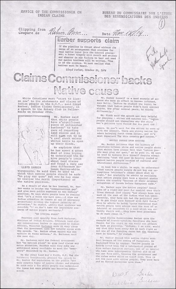 Une coupure de journal du Native Press, datée du 18 novembre 1974, portant sur un discours prononcé par Lloyd Barber à Yellowknife. La démarche d'assimilation du gouvernement envers les Autochtones y est décrite comme insuffisante et dangereuse.