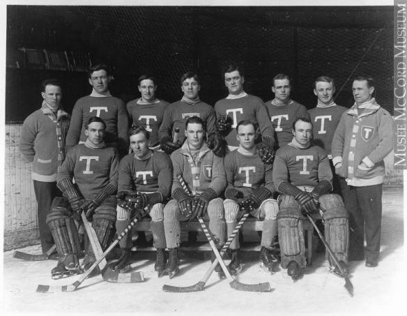 Photographie en noir et blanc des Blueshirts de Toronto en 1914.