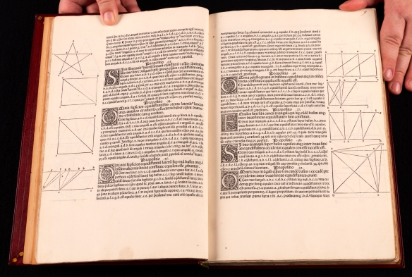 Photo couleur de deux pages de texte illustrées dans un ouvrage ancien.