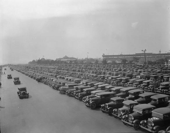 Photographie noir et blanc d'un grand parc de stationnement rempli à pleine capacité à l'Exposition nationale canadienne, à Toronto.