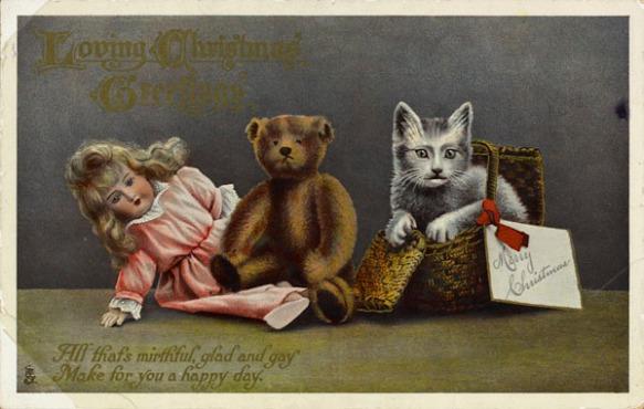 Carte postale en couleur représentant une poupée, un ours en peluche et un chat dans un panier.