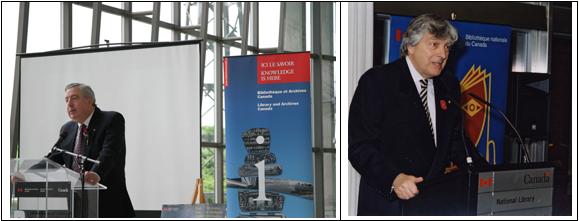 Deux photographies couleur côte à côte. La photo de gauche montre un homme, Ian Wilson, debout derrière un podium, ainsi qu'une affiche sur laquelle on peut lire « Ici le savoir » derrière lui. La photo de droite montre également un homme, Roch Carrier, au podium.