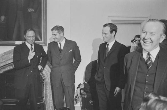 Photographie en noir et blanc sur laquelle on peut voir quatre anciens premiers ministres canadiens, soit Pierre Elliott Trudeau, John Turner, Jean Chrétien et Lester B. Pearson.