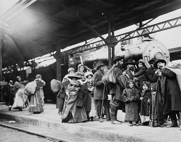 Photo noir et blanc d'un groupe d'immigrants sur le quai de la gare Union, Toronto (Ontario)
